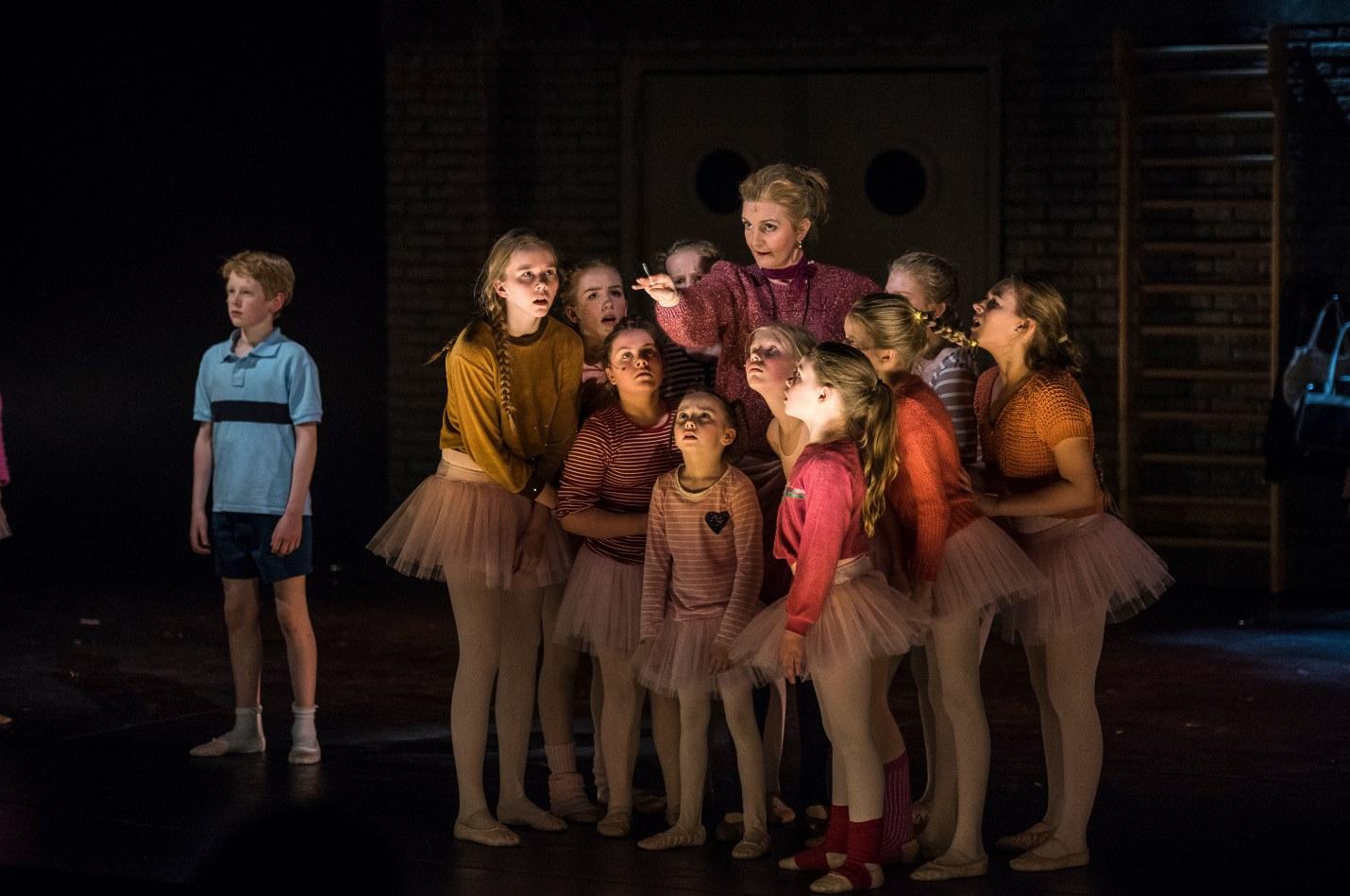 Billy (Hjörtur Viðar Sigurðarson) Mrs. Wilkinson (Halldóra Geirharðsdóttir) and the Ballet Girls