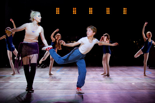 Mrs. Wilkinson (Åsa Fång) teaching Billy (Grim Lohman) ballet in class with the Ballet Girls.